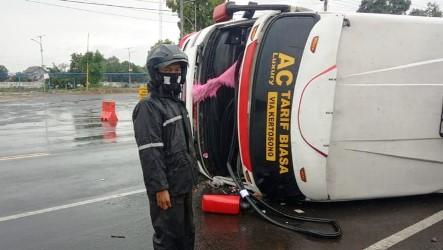 Diduga Supir Hilang Kendali Bus Terguling 11 Penumpang Selamat