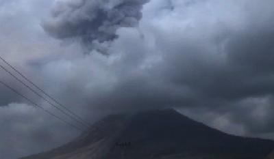 Gunung Sinabung Kembali Luncurkan Awan Panas, Wisatawan dan Warga Diminta Waspada