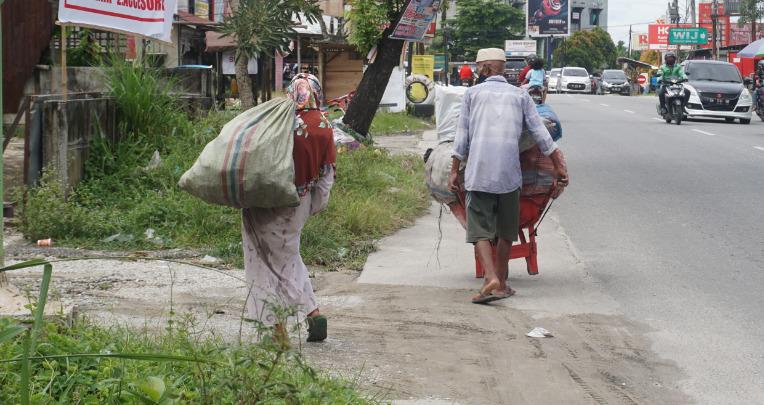 Rumah Yatim Salurkan Sembako Pada Sepasang Lansia Pemulung