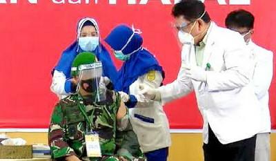 Di Pekanbaru Brigjen TNI M Syech Ismed Perdana Divaksin