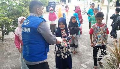 Anak Asuh Rumah Yatim Riau Berbagi Makanan Siap Saji Pada Anak Yatim Dhuafa