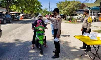 Jumat Barokah, Personel Polsek Sukajadi Bagi-bagi Sarapan Pagi