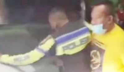 Polisi Cegat Penerobos Penutupan Jalan saat PPKM Darurat di Karawang Viral
