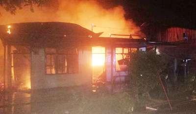 5 Unit Kontrakan di Rohul Hangus, Personil Polsek Rambah Berjibaku Memadamkan Api