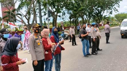 Usai Demo Mahasiswa dan Polisi di Kampar Bagikan Masker