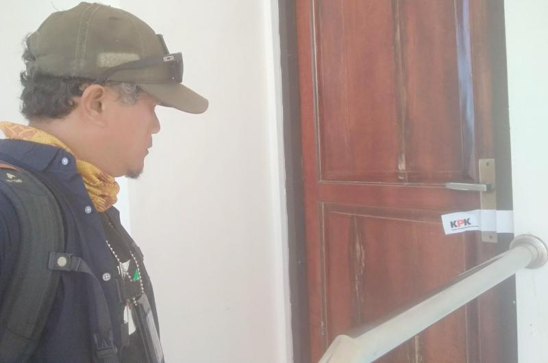 pintu-pelarian-dari-wartawan-gubernur-kepri-disegel-kpk