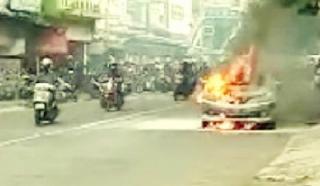 Terdengar Ledakan Kecil dalam Mobil Terbakar Ditengah Jalan RA Kosasih Ciaul, Kota Sukabumi