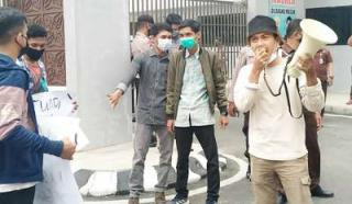 Kejati Riau Dikerubuti, Mahasiswa : Jangan Lantik Pejabat Terkait Koruptor